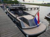 VanVossen Tender 888 in de haven - achteraanzicht