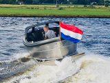 Sloep 550 Sport in het water achterkant Van Vossen Tenders