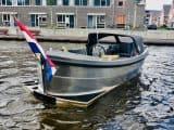 Sloep 550 Sport in het water achterkant met vlag