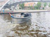 Sloep 550 Sport Van Vossen onder brug