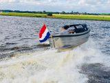 Sloep 550 Sport Van Vossen Tenders achterkant met vlag