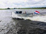 Sloep 550 Sport in het water zijkant